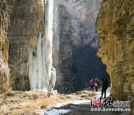 从12月8日开始,唐县全胜峡景区依托冰挂奇观举办了第四届冰挂节,截至